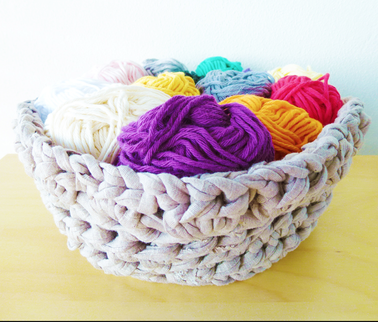 Crochet basket pattern made with t-shirt yarn | LVLY